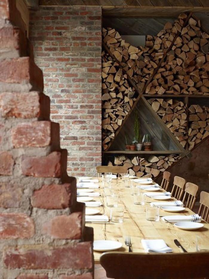 range-buches-mural-fantastique-loft-décor-mur-briques-grande-table-en-bois