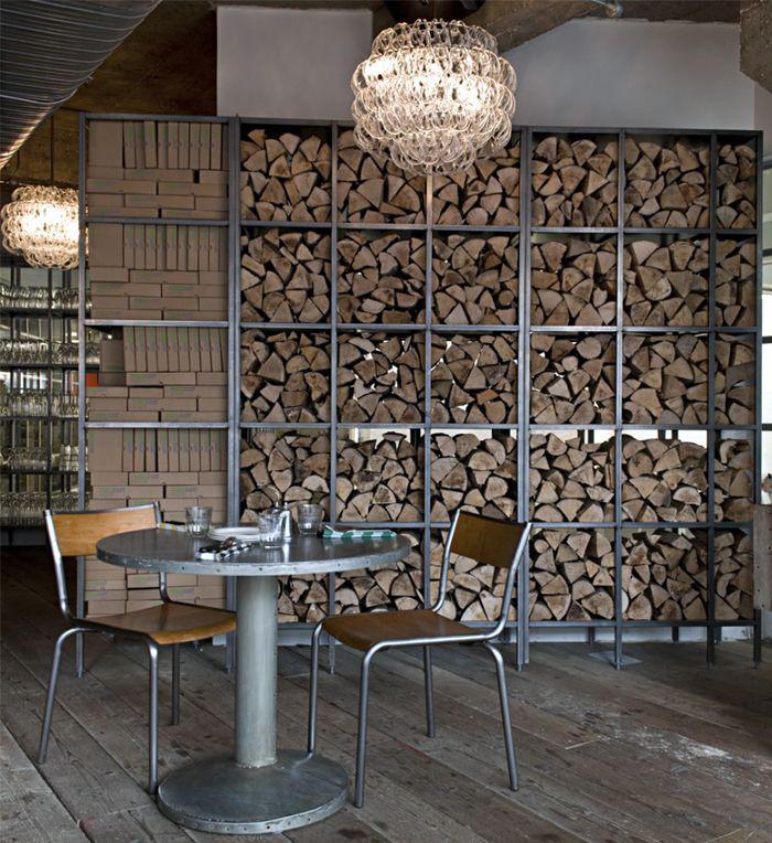 range-buches-un-stock-de-buches-fantastique-dans-un-café-style-industriel