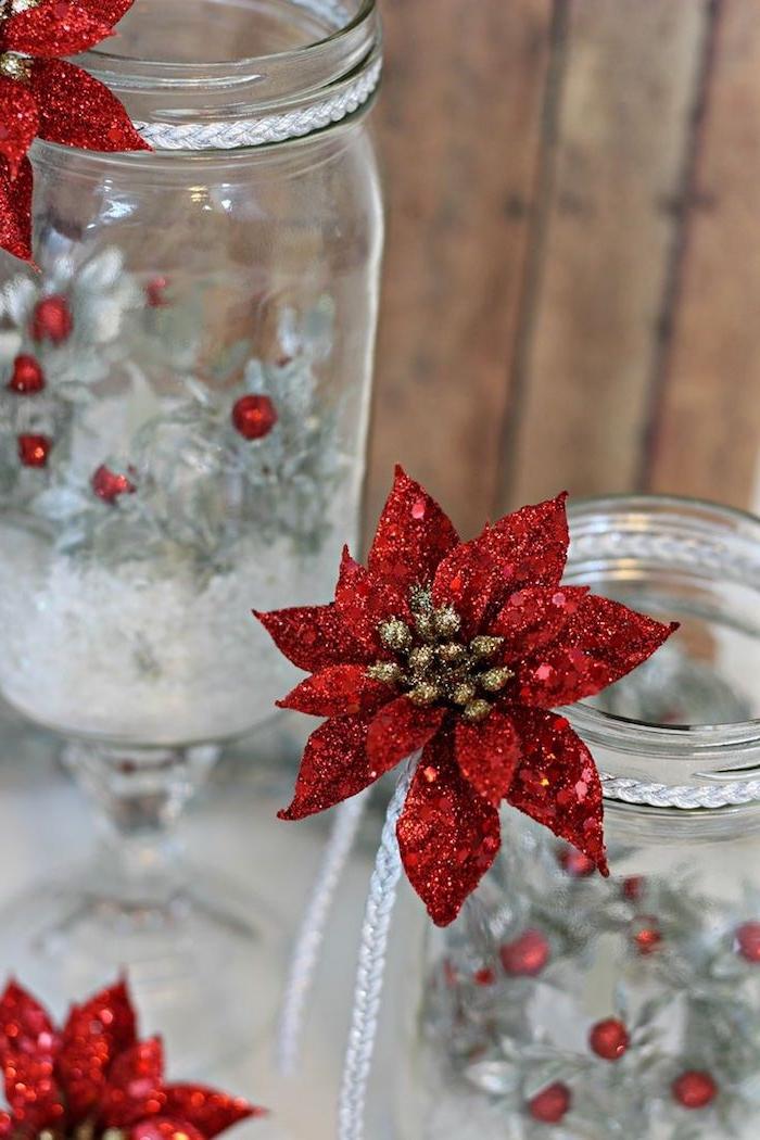 recyclage pot en verre avec decoration etoile de noel rouge pailletée, branches de sapin grises et petites perles rouges, activité noel decoration chic