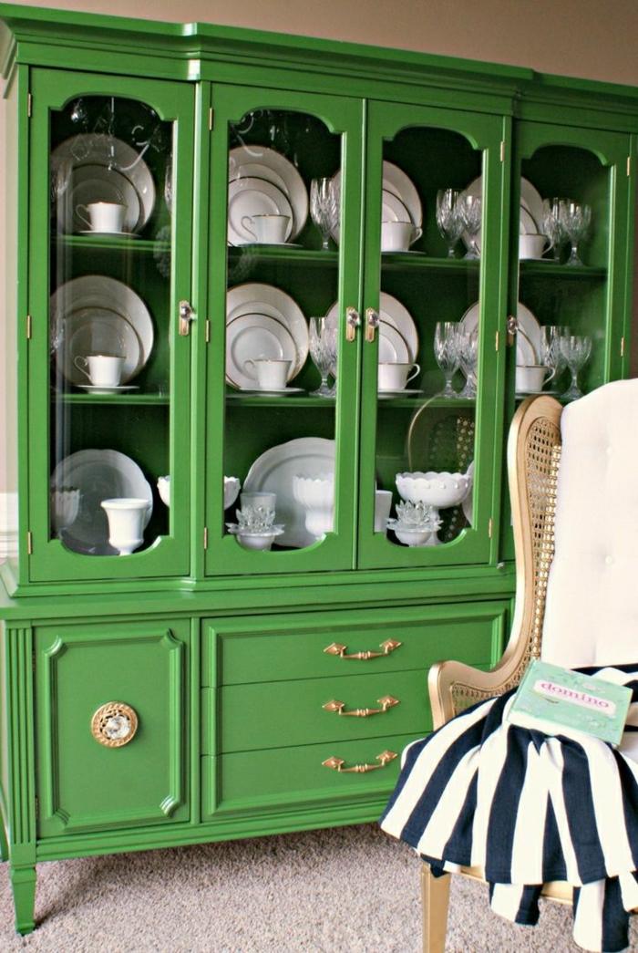 repeindre-un-meuble-vert-en-bois-et-dans-la-salle-de-sejour-ou-poser-les-assietes-joli-meuble-en-bois-vert