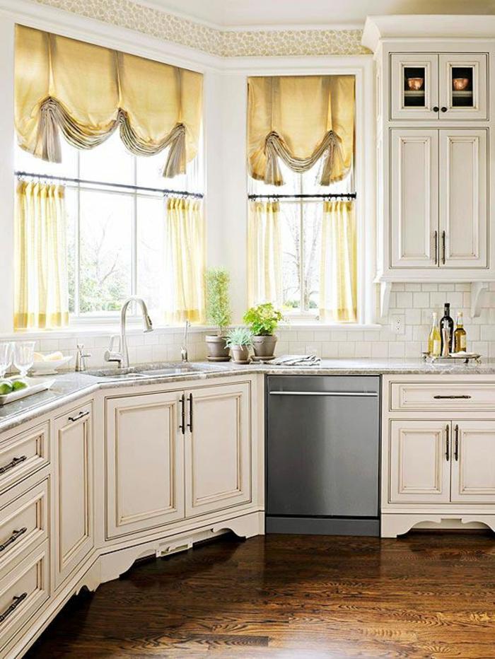 rideaux-cuisine-originaux-rideau-fenetre-cuisine-jaunes-meubles-en-bois-blancs