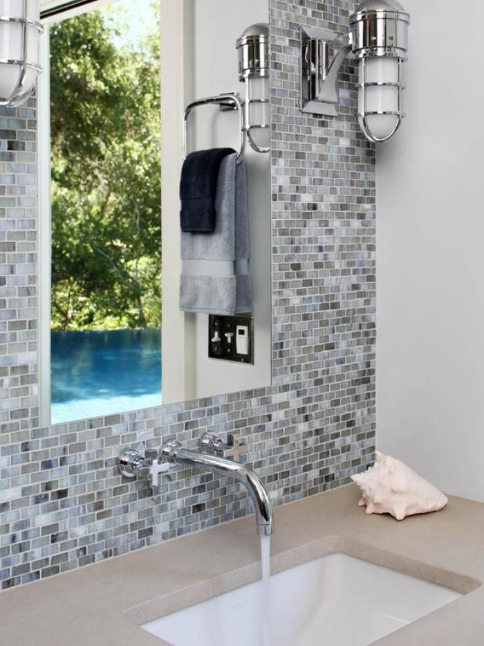 robinet-mural-au-dessus-de-vasque-rectangulaire-deux-lampes-industrieles