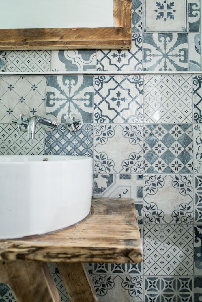 robinet-mural-comptoir-bois-brut-vasque-à-poser-céramique-mitigeur-mural