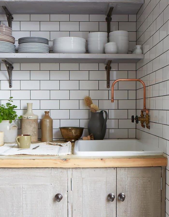 robinet-mural-cuivré-dans-la-cuisine-carrelage-mural-blanc