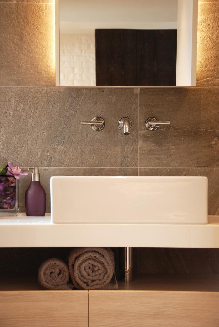 robinet-mural-deux-robinets-salle-de-bains-lignes-épurées