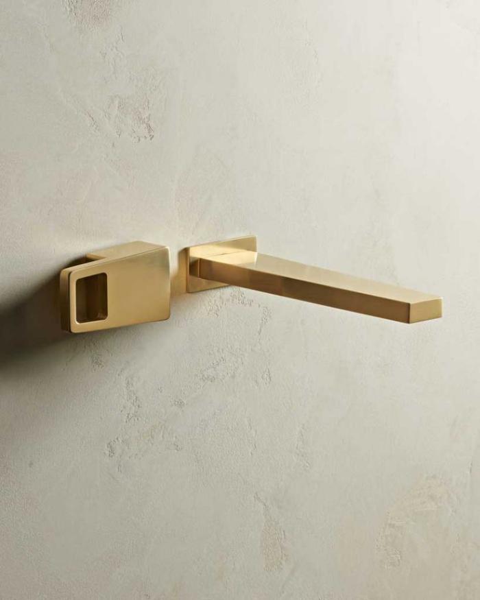 robinet-mural-doré-design-élégant-simlpe-pour-la-salle-de-bain-moderne