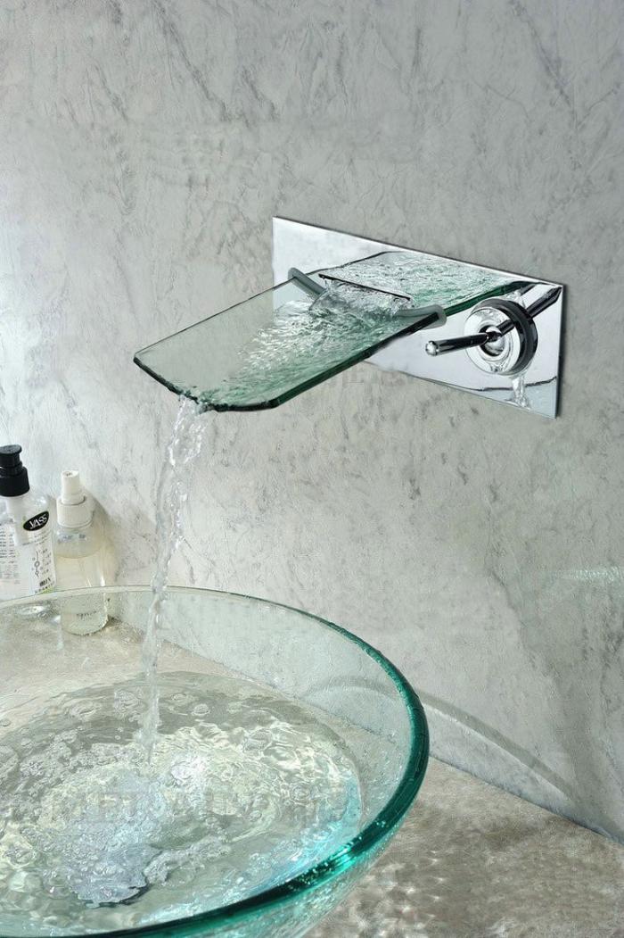 robinet-mural-en-verre-et-vasque-lavabo-en-verre