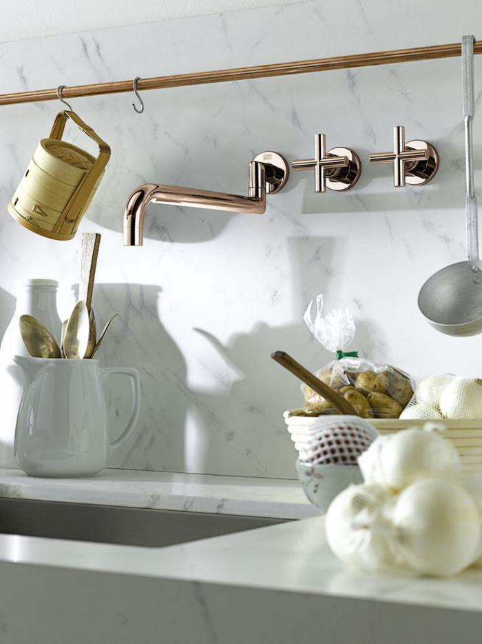 robinet-mural-mitigeur-fantastique-couleur-cuivrée-carrelage-blanc