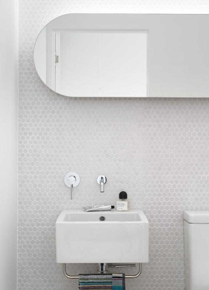 robinet-mural-mur-en-petites-tuiles-hexagonales
