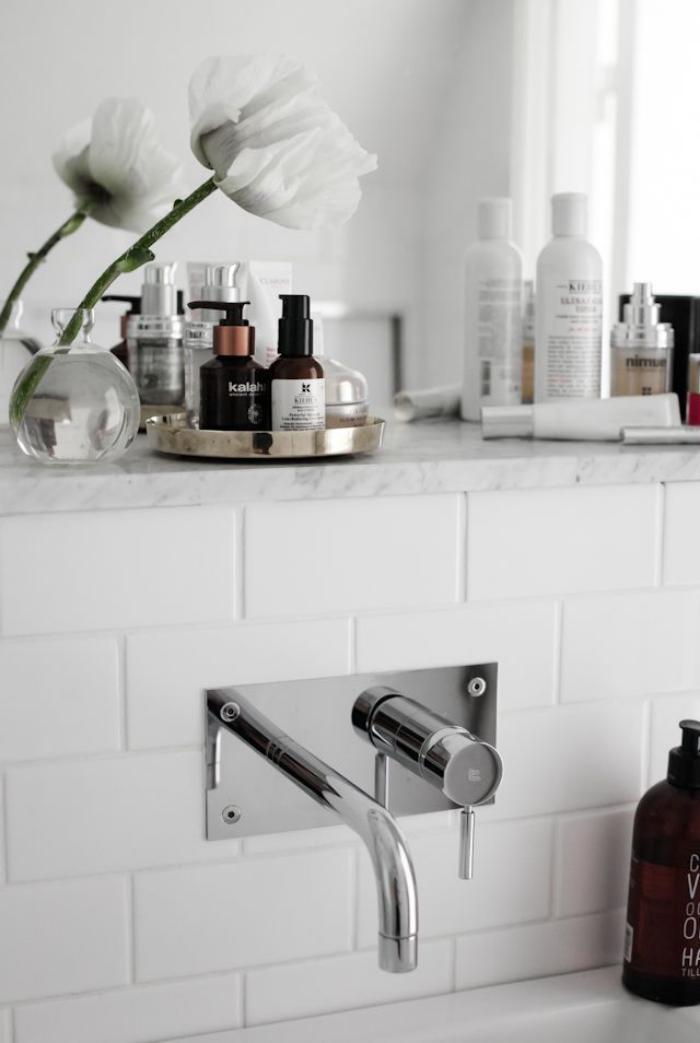 robinet-mural-robinetterie-élégante-salle-de-bains-blanche-contemporaine