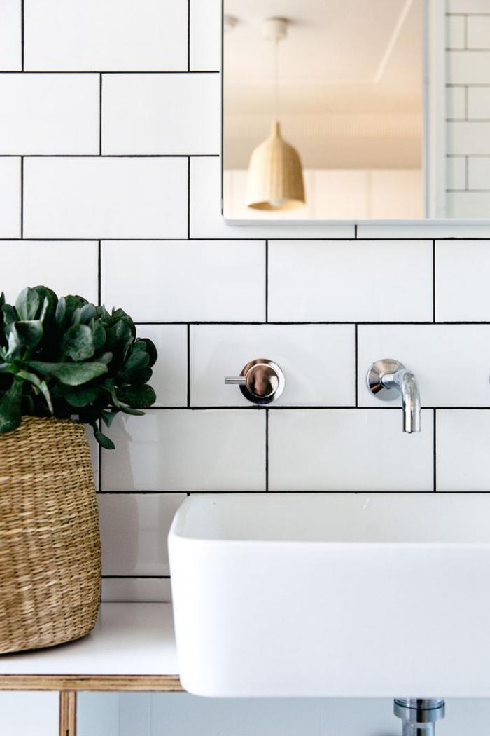 robinet-mural-salle-de-bains-déco-blanche-plante-verte-et-belle-lampe