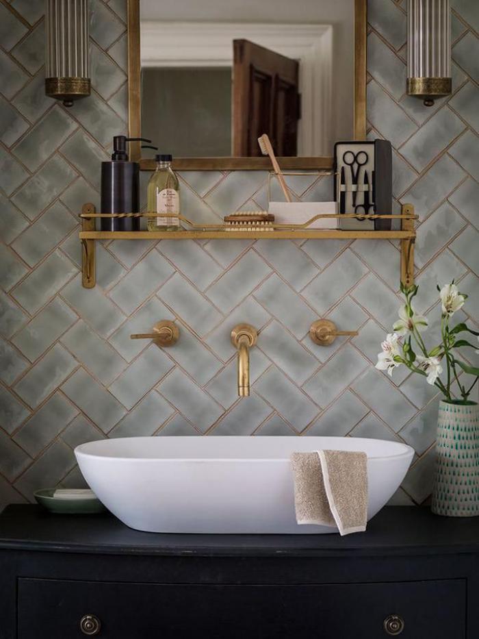 robinet-mural-salle-de-bains-déco-originale-éléments-dorés-magnifiques