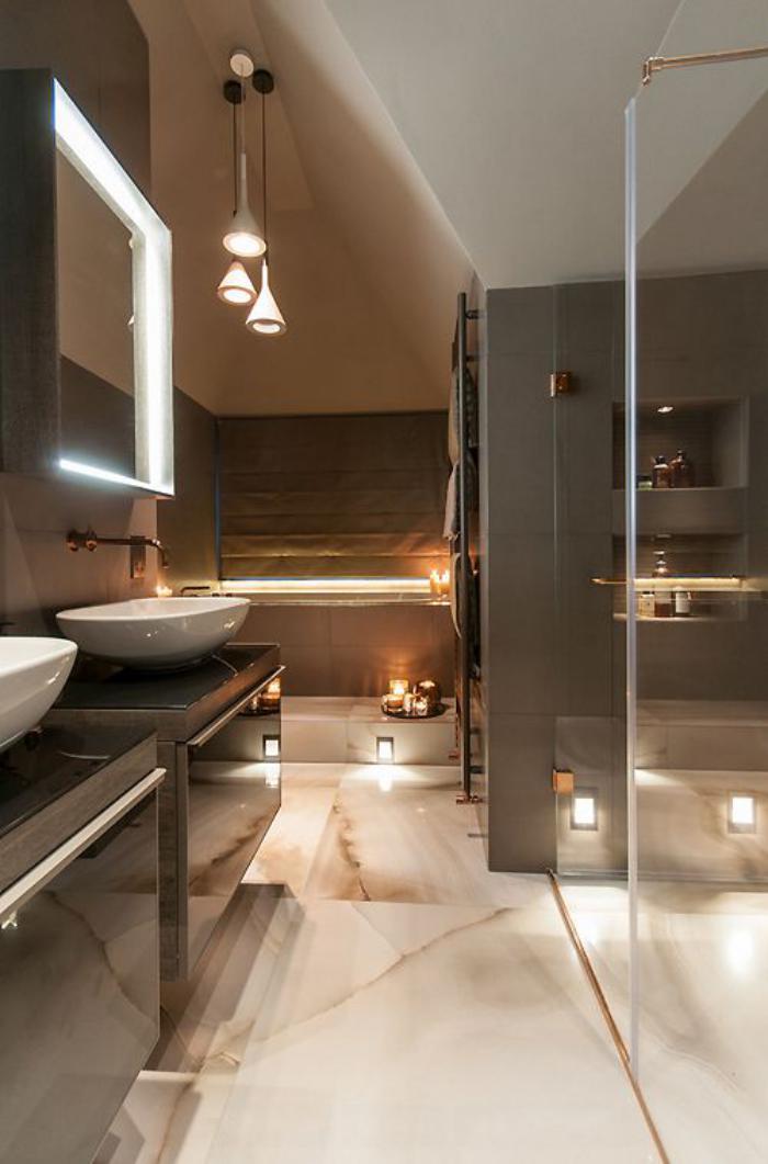 robinet-mural-salle-de-bains-glamoureuse-belles-lampes-pendantes-et-éclairage