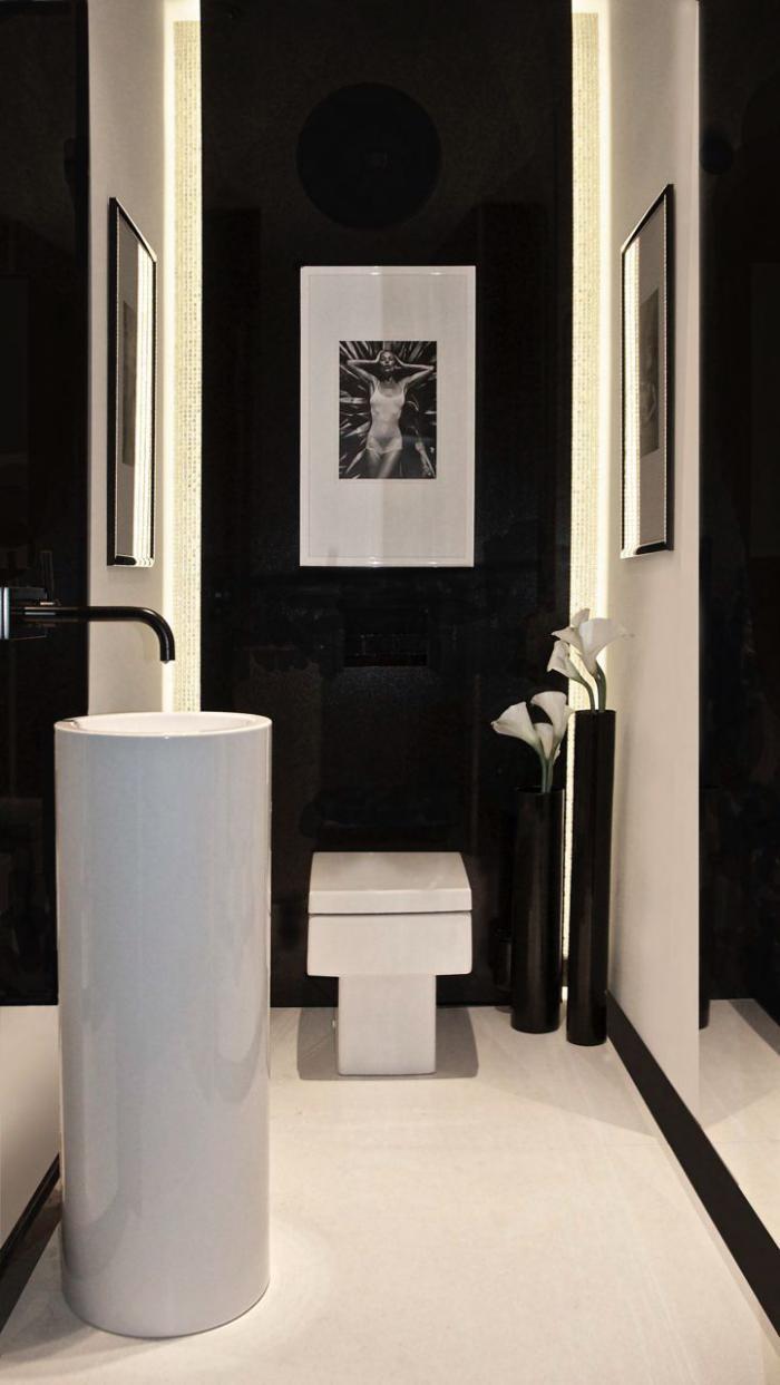 robinet-mural-vasque-colonne-blanche-murs-noirs-et-photographie-artistique