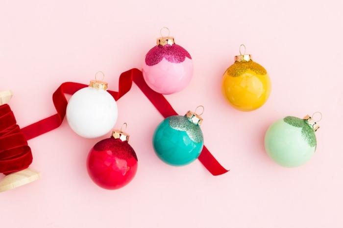 boule noel personnalisée avec peinture glitter, diy ornements de sapin en forme de mini boules customisées à effet pailleté