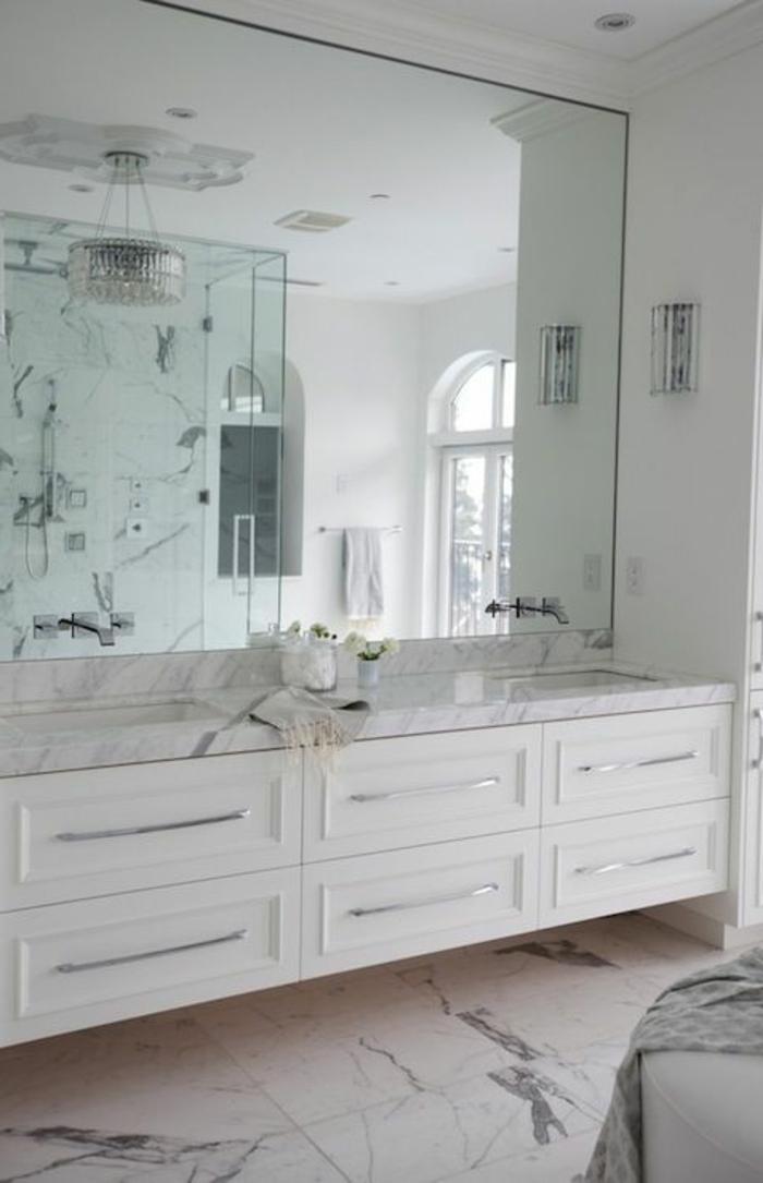 Beaucoup d 39 id es en photos pour la salle de bain en marbre - Comment coller un miroir de salle de bain ...