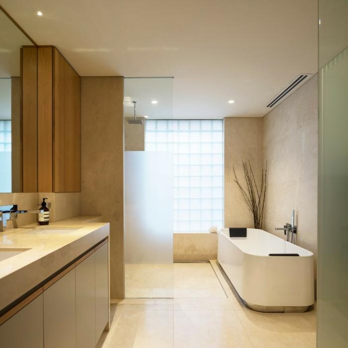 salle de bain beige et taupe le carrelage mtro couleur taupe le miroir rond et les suspensions. Black Bedroom Furniture Sets. Home Design Ideas