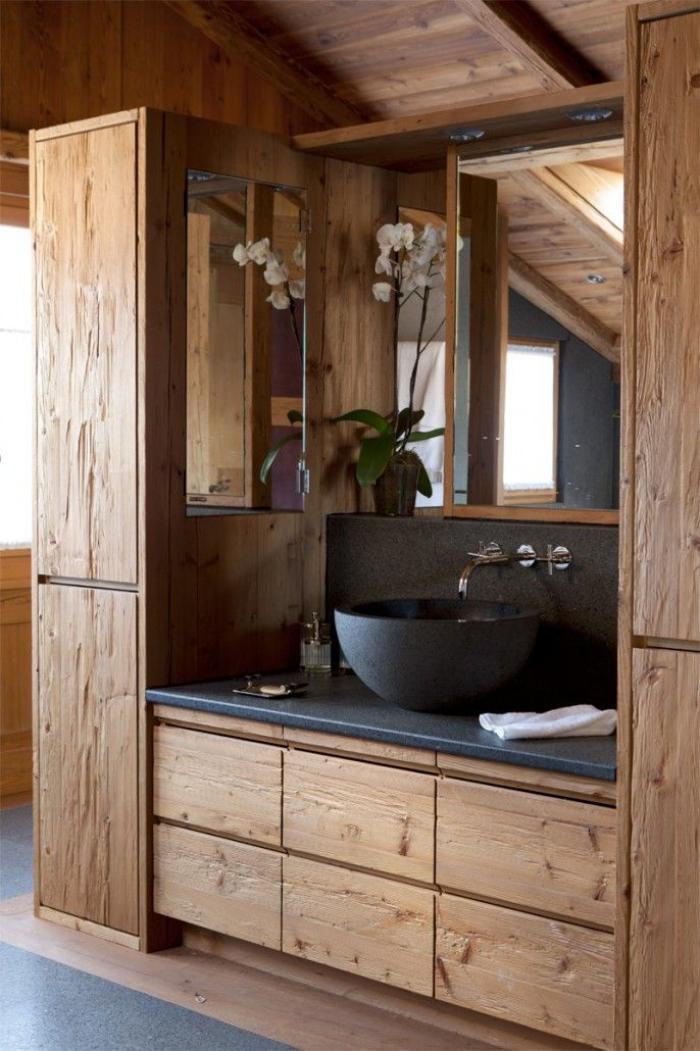 salle-de-bain-rustique-décor-en-bois-et-pierre-noire