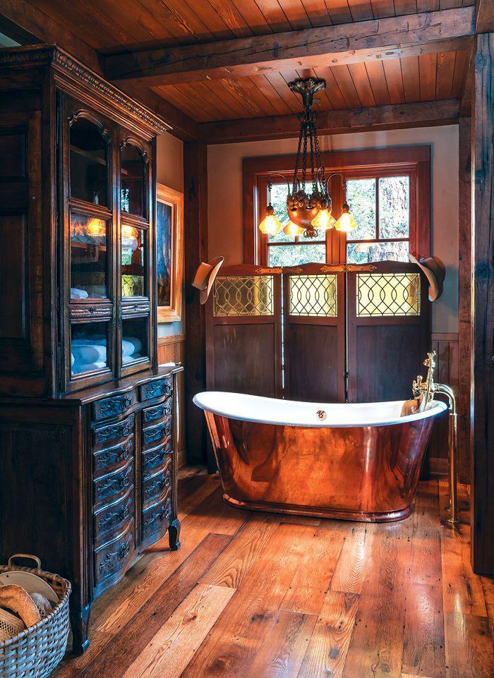 salle-de-bain-rustique-grand-buffet-noir-avec-vitrine-et-baignoire-sabot-en-fonte