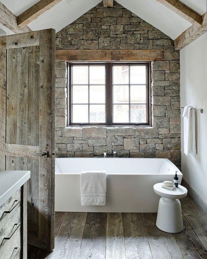 salle-de-bain-rustique-parement-mural-pierre-naturelle-grande-baignoire-blanche