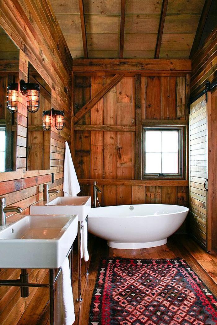salle-de-bain-rustique-tapis-ethnique-revêtement-en-bois-et-appliques-cages