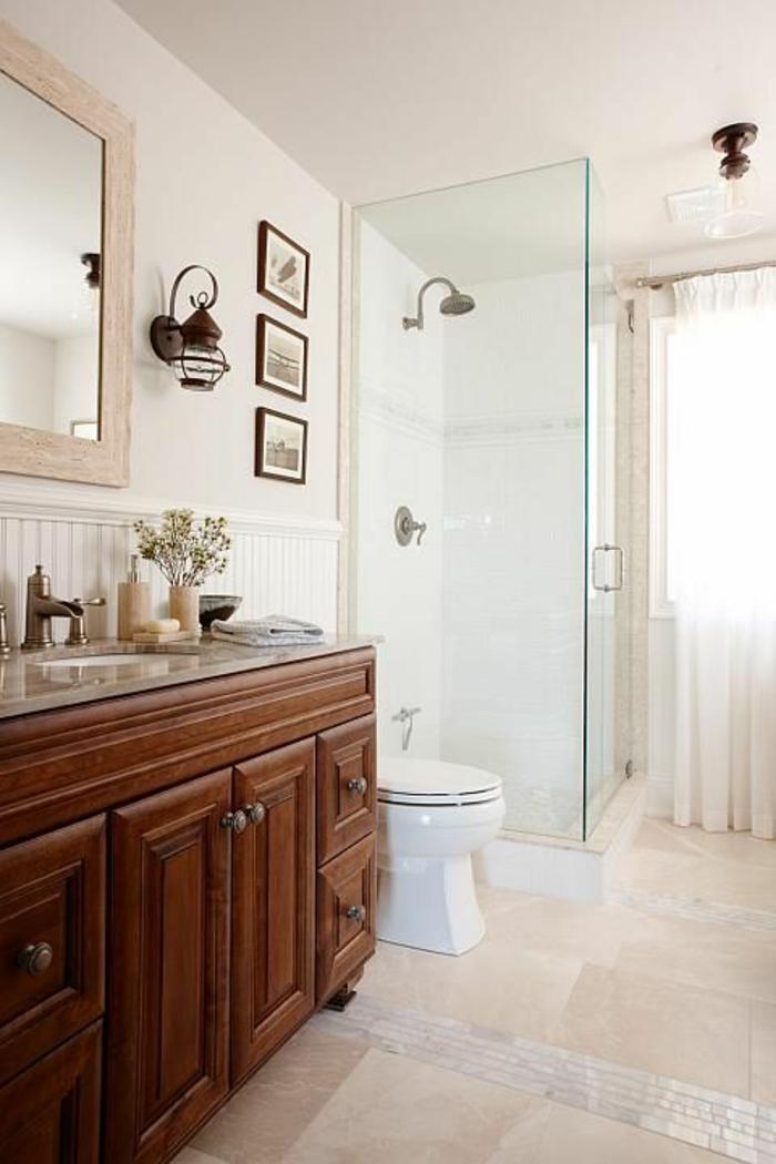 salle-de-bain-travertin-avec-carrelage-beige-blanc-et-meubles-en-bois-foncé-et-fleurs
