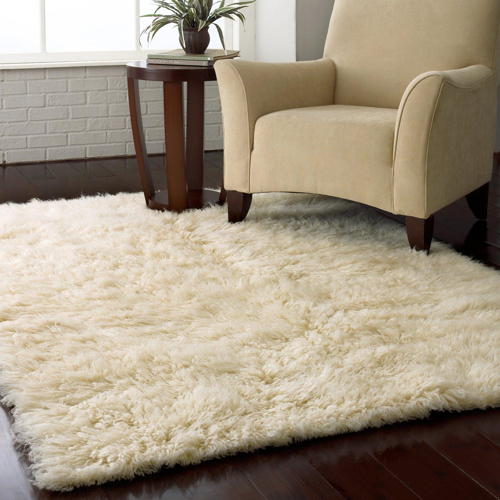 salle-de-sejour-blanche-tapis-shaggy-blanc-fauteuil-beige
