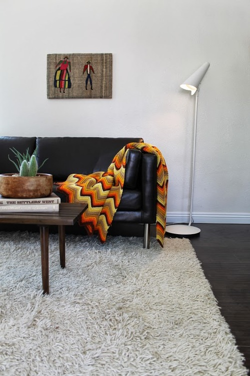 salle-de-sejour-blanche-tapis-shaggy-blanc-idee-interieur-originale
