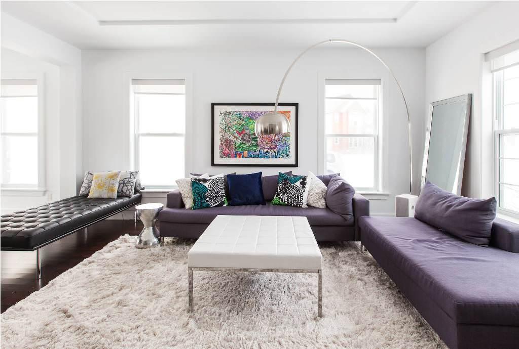 salle-de-seour-idee-quel-tapis-choisir-tapis-shaggy-blanc-canape-violet
