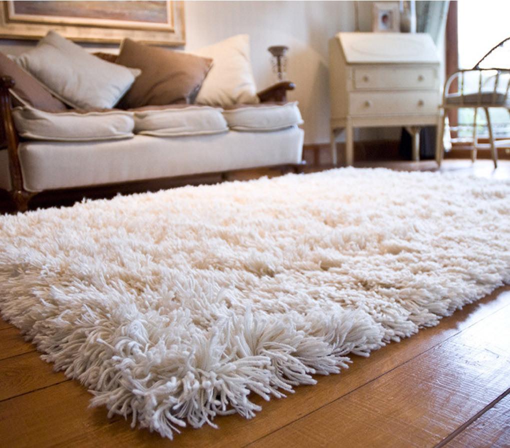 Belle décoration à la maison avec le tapis shaggy blanc - Archzine.fr
