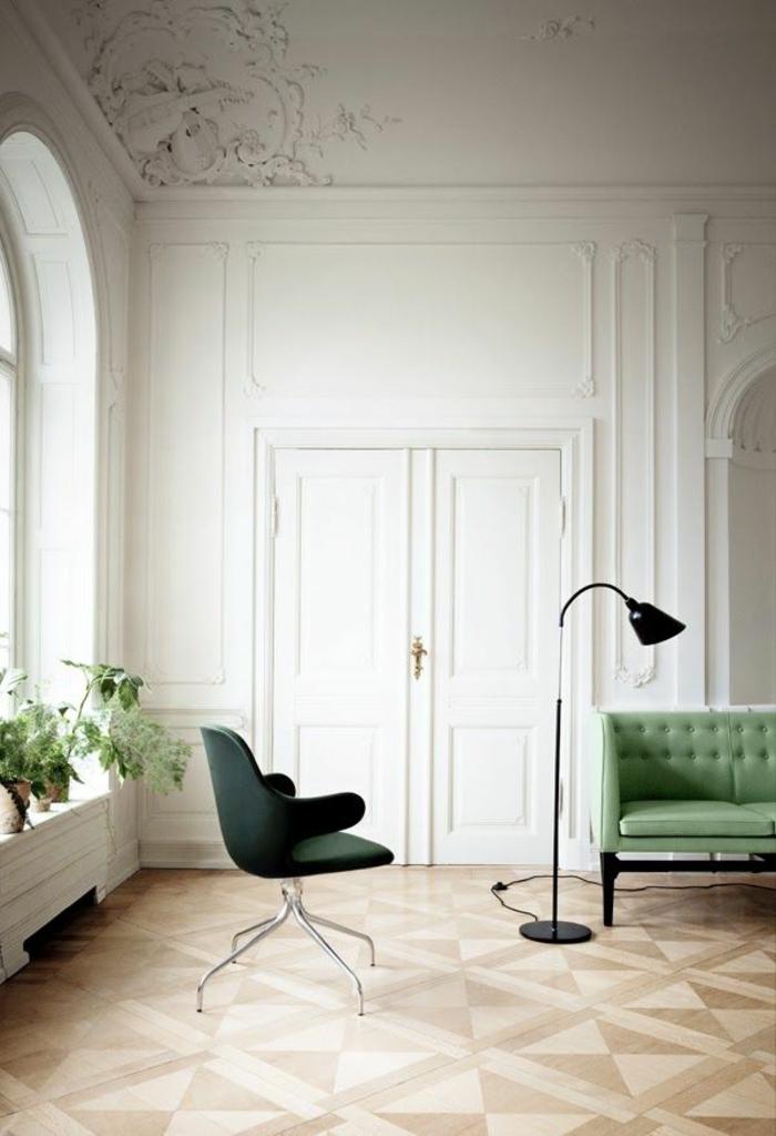 salon-avec-canape-vert-avec-plafond-decoratif-moulures-decoratives-avec-corniche-plafond
