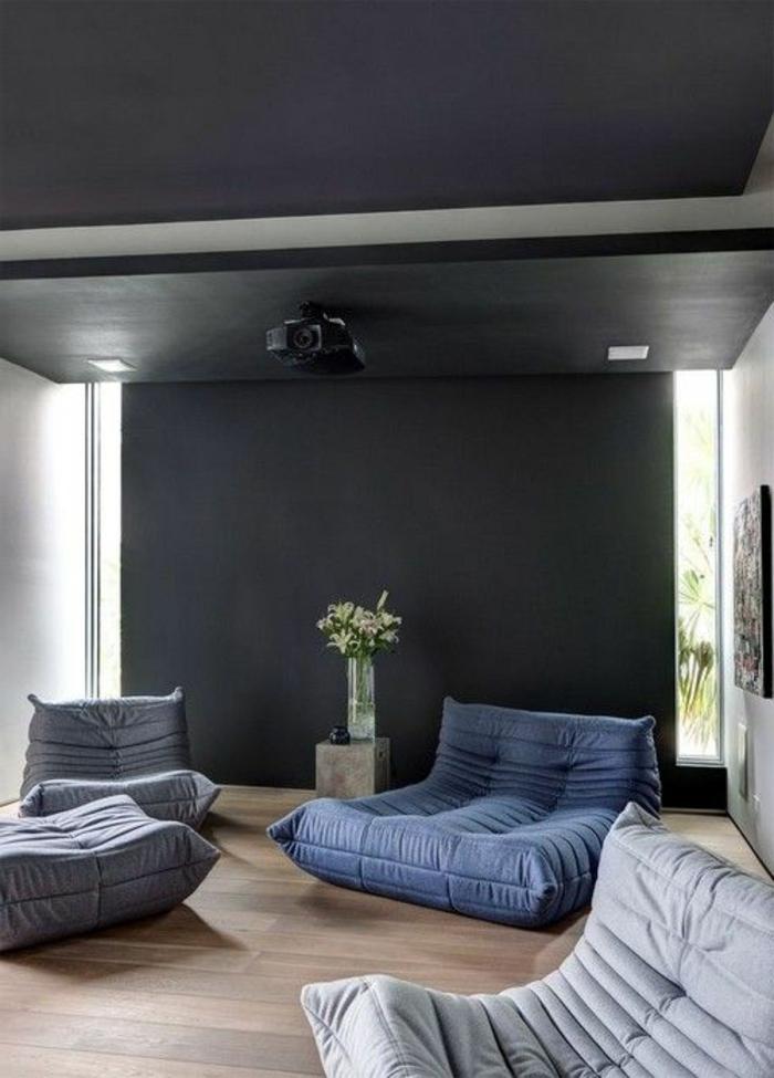 salon-avec-chauffeuse-conforama-gris-et-bleu-plafond-gris-foncé-sol-en-parquet-clair