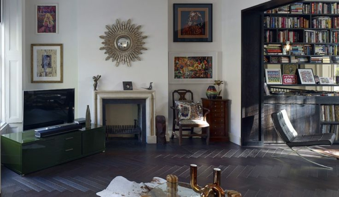 salon-avec-parquet-noir-savon-noir-parquet-mur-blanc-decoration-murale-cheminee-d-interieur