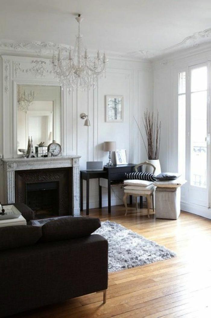 salon-de-style-baroque-avec-moulures-decoratives-avec-corniche-plafond-et-lustre-baroque-en-crystal