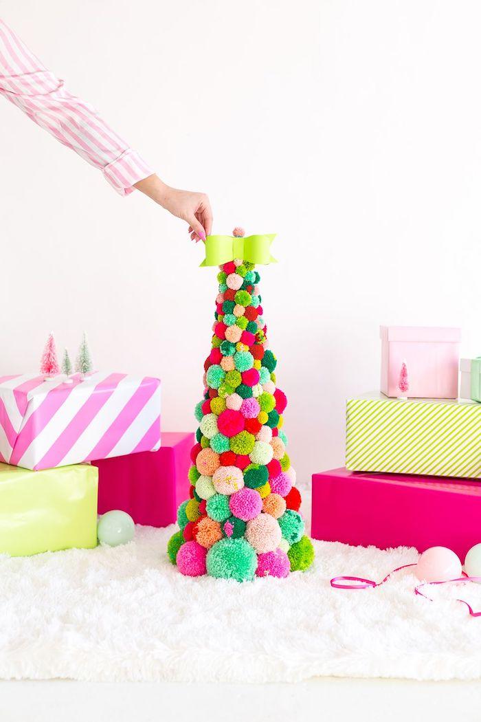 fabriquer un sapin de noel en pompons colorés, deco de noel fait main avec noeud de papillon en top, deco noel maison