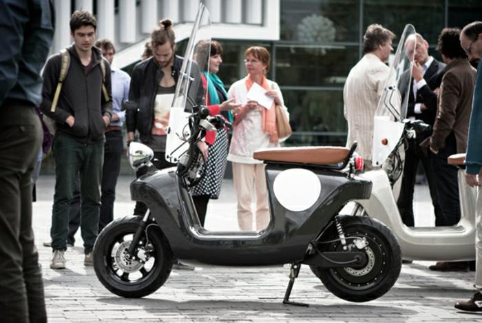 scooter-motor-vintage-vespa-primavera-ville-pure-cool-moto-noir