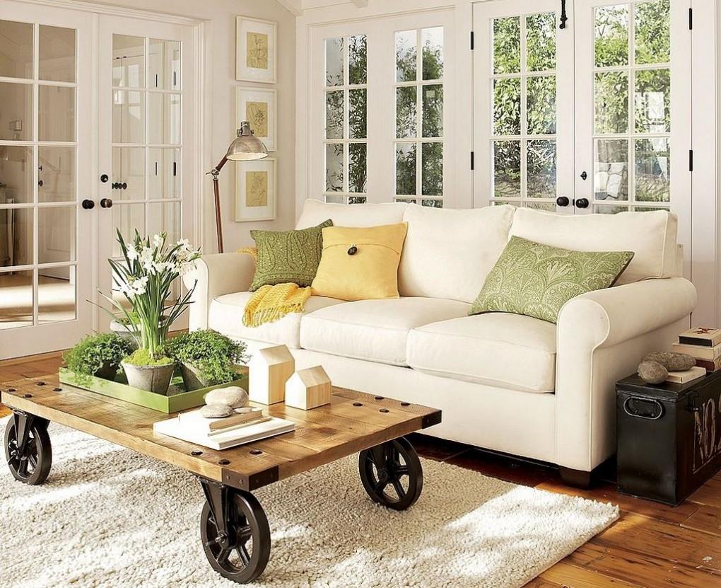 shag-tapis-blanc-dans-le-salon-canape-couette-table-basse-bois