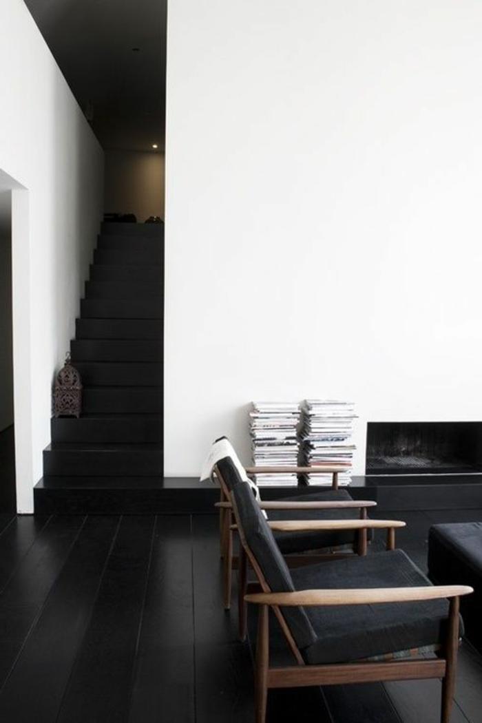 sol-en-parquet-noir-escalier-d-interieur-noir-savon-noir-parquet-chaise-en-bois-et-murs-blancs