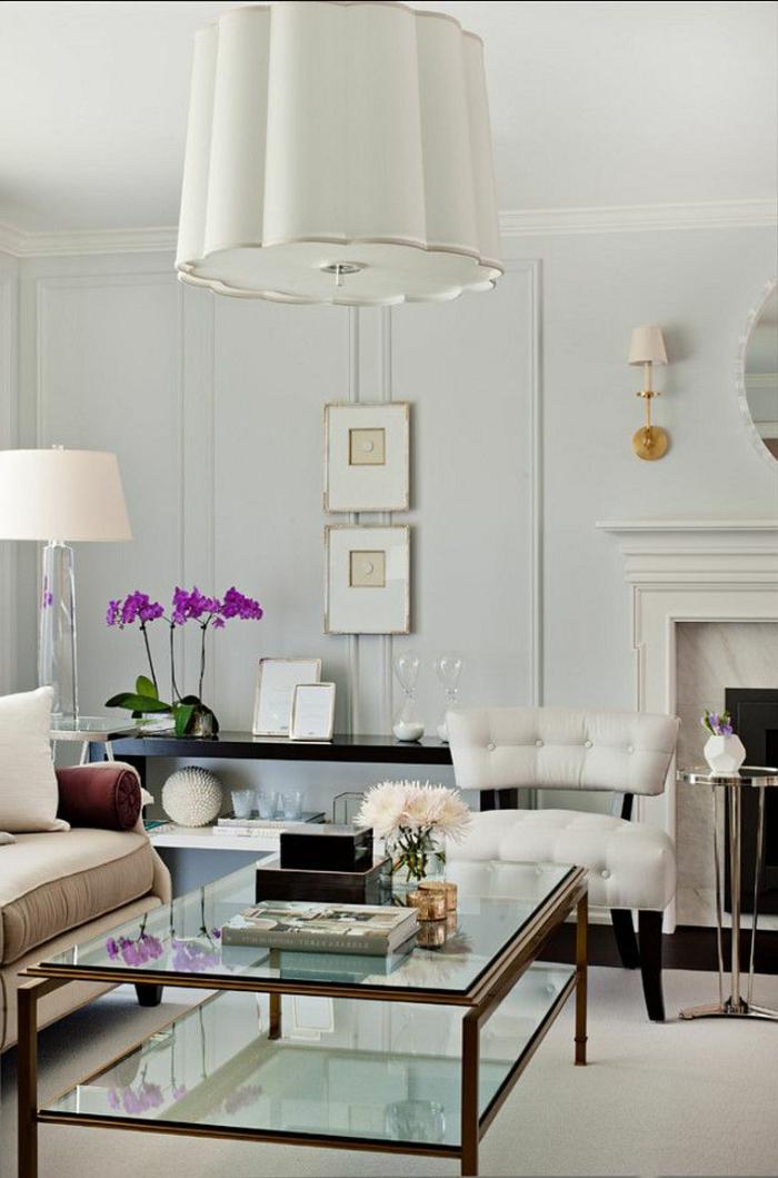 table-basse-ikea-conforama-table-basse-dans-le-salon-avec-fleurs-violets-lampe-blanche