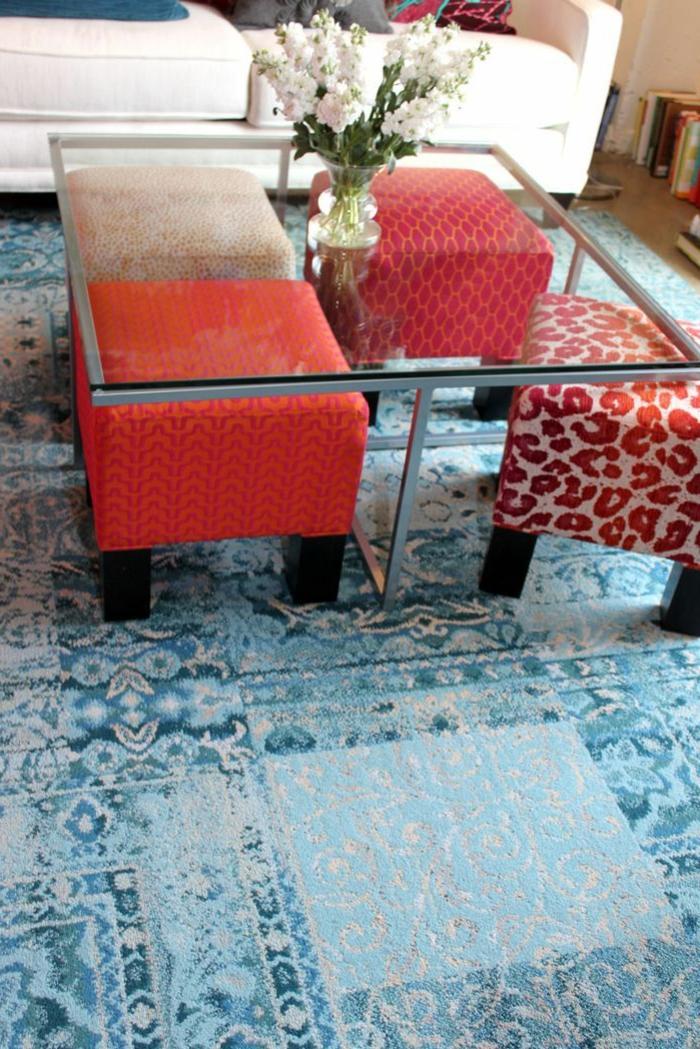 table-basse-ikea-table-de-salon-en-verre-joli-table-transparente-fleurs-blancs-sur-la-table