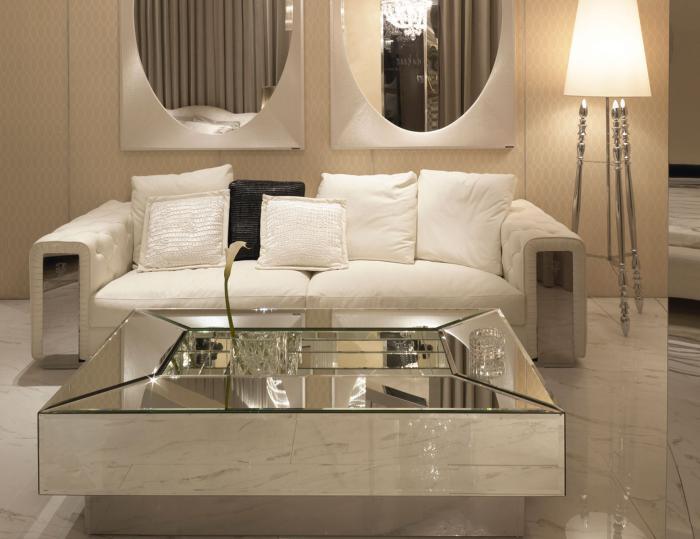table-de-salon-carrée-élégante-ambiance-claire-et-lampe-tripode