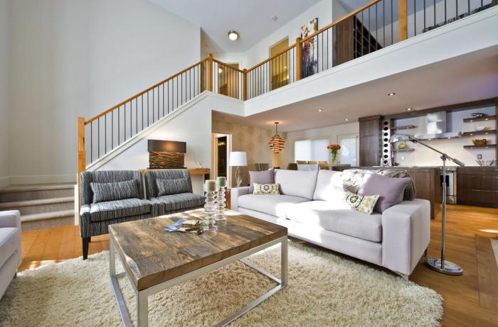 table-de-salon-carrée-appartement-à-deux-niveaux-en-blanc-et-beige