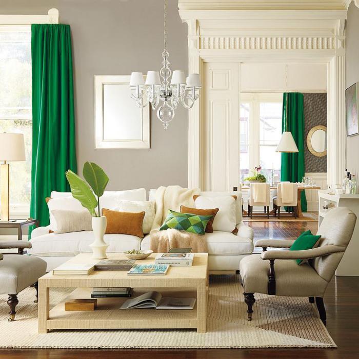 table-de-salon-carrée-bois-clair-déco-blanc-et-beige-et-rideaux-verts