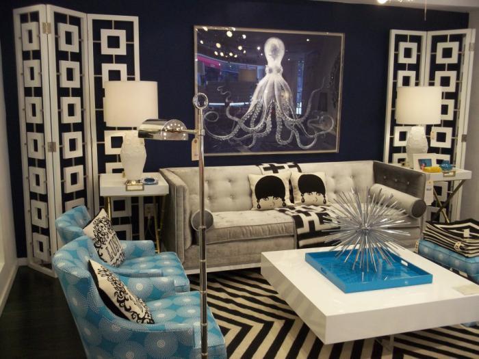 table-de-salon-carrée-blanche-beaux-fauteuils-bleus-décor-extravagant