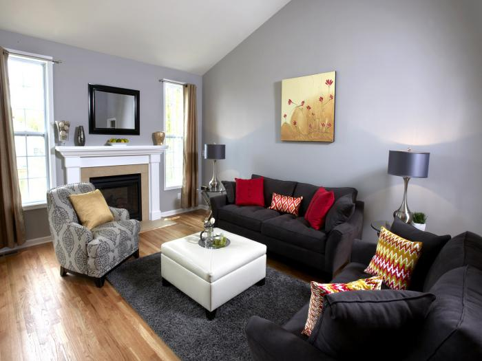 table-de-salon-carrée-blanche-sofas-noirs