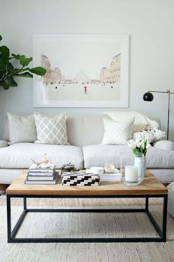 table-de-salon-carrée-bois-et-acier-sofa-et-coussins-géométriques