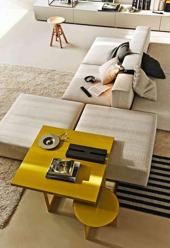 table-de-salon-carrée-couleur-jaune