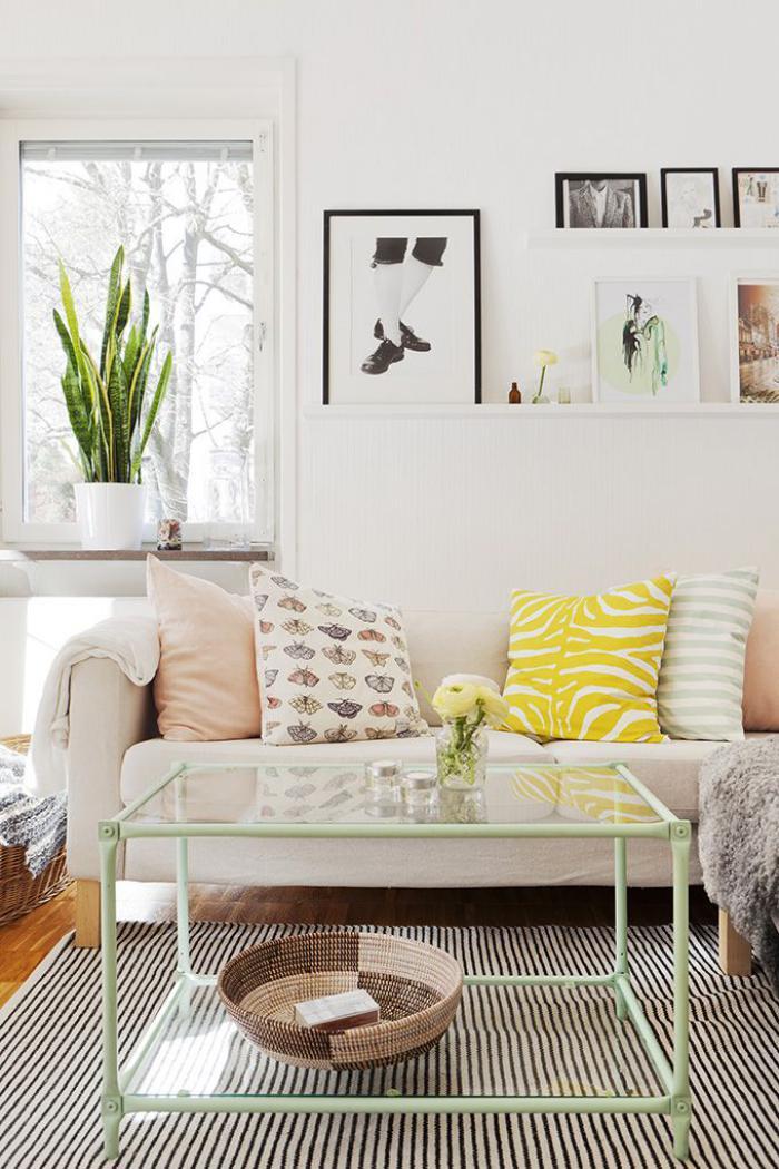 table-de-salon-carrée-coussins-en-couleurs-claires-tablettes-murales