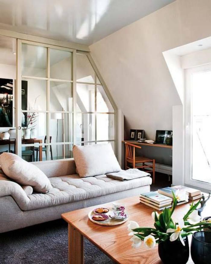 table-de-salon-carrée-en-bois-clair-mur-vitré