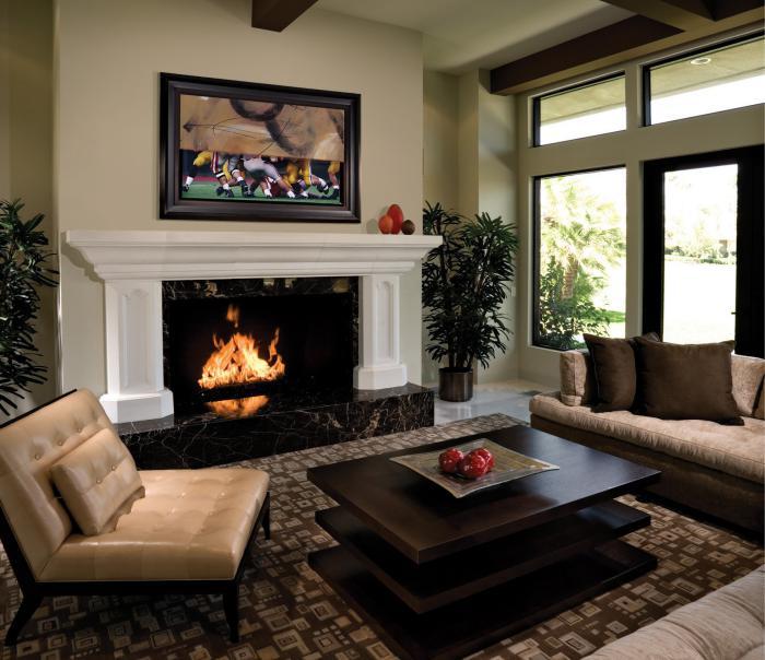 table-de-salon-carrée-en-bois-foncé-sofa-beige-cheminée-murale-contemporaine
